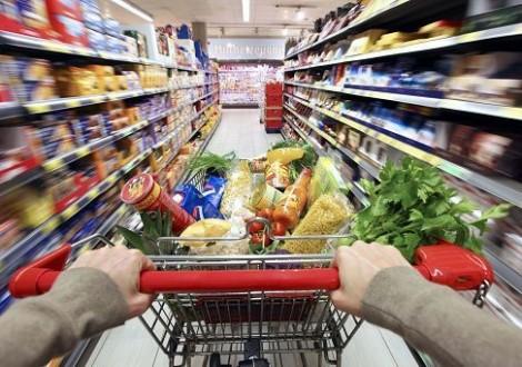 Roma, 31 mag. (askanews) - Vola il carrello della spesa. A maggio i prezzi dei beni alimentari, per la cura della casa e della persona aumentano dello 0,8% su base mensile e dell'1,9% su base annua (in accelerazione da +1,2% registrato ad aprile). E' la stima preliminare dell'Istat.  I prezzi dei prodotti ad alta frequenza d'acquisto salgono dello 0,8% in termini congiunturali e del 2,1% in termini tendenziali (in accelerazione da +1,4% del mese precedente).
