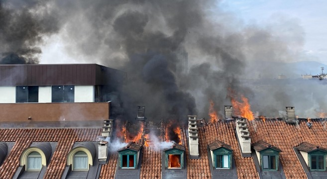 Un grosso incendio Ë scoppiato questa mattina nel centro di Torino tra via Lagrange e piazza Carlo Felice. Le fiamme si sono sviluppate nelle mansarde di un palazzo, Torino, 3 settembre 2021  ANS/ALESSANDRO DI MARCO